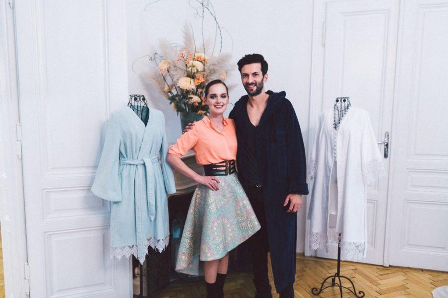 Designerin Eva Poleschinski mit Tennisprofi Julian Knowle, der ihren Bademantel präsentierte (Foto A Twist Of Lemon)
