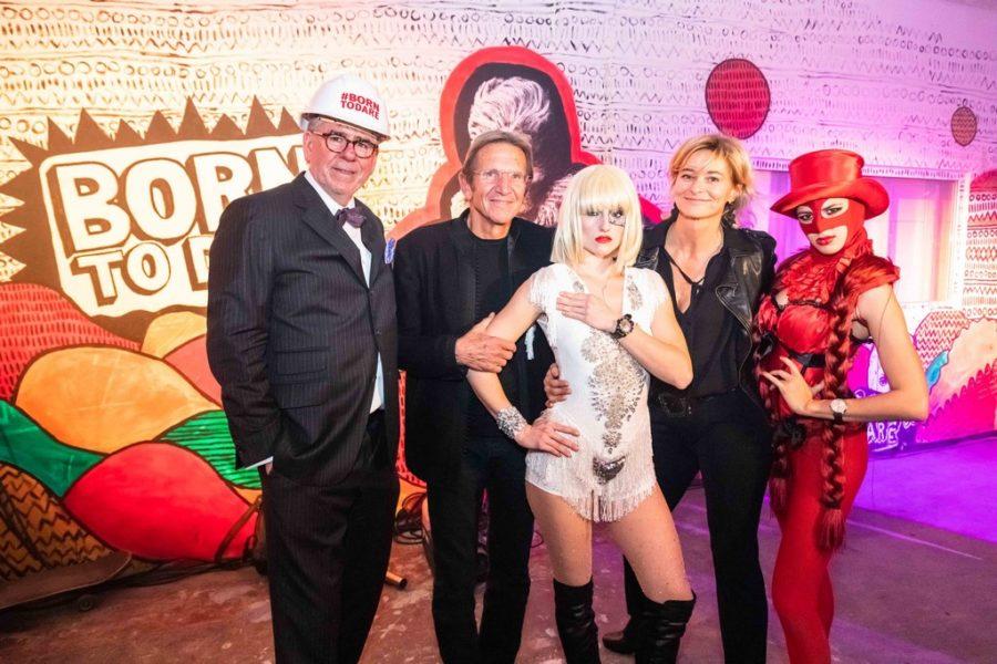 """Anne Marie und Hans Schullin mit Uhren-Autor Gisbert L. Brunner - umgeben von TUDOR Marken-Botschafterin """"Lady Gaga"""" und einem Tänzer (Foto GEOPHO – Jorj Konstantinov Photography)"""