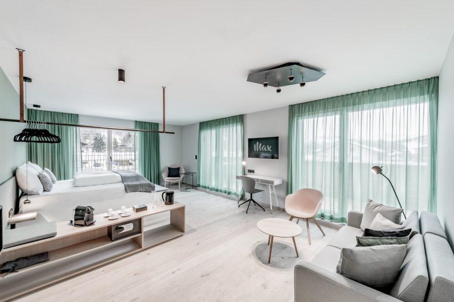 Die Superior oder Deluxe Zimmer bieten lässige Sitzecken, die Balkone bzw. Terrassen bieten einen sensationellen Ausblick auf die herrliche Umgebung (Foto dasmax).