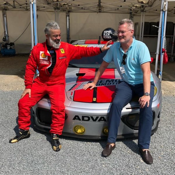 Rudolf Budja als großer Auto-Liebhaber. Hier bei der Le Mans Classicmit seinem Freund Heinz Swoboda (Foto RBG)