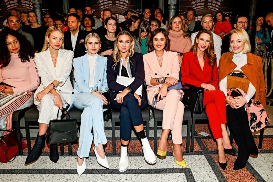 Front Row bei Marc Cain: Leonie Hanne, Caro Daur, Nina Suess, Laura Noltemeyer, Alexandra Lapp and Kathrin Gelinsky. (Photo by Franziska Krug/Getty Images for Marc Cain)