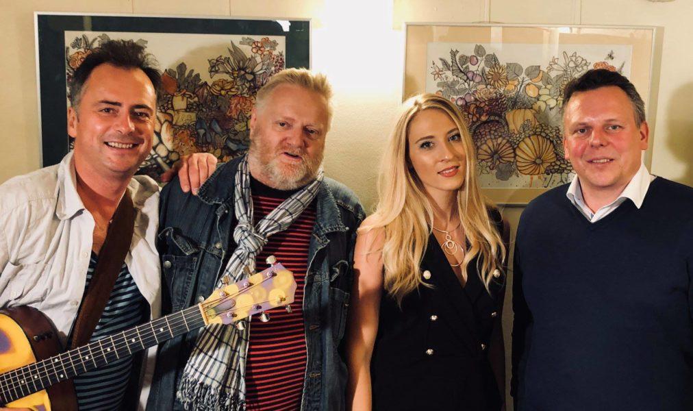 Valentina Eberhardt mit Hannes Hager, Christian Motor Polanšek und Michael Ehmann bei ihrer Ausstellung im Grazer Volksgarten (Foto privat)