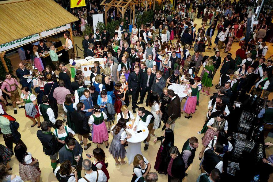 Natürlich kamen auch das Brauchtum mit Schuhplattln und Volksmusik sowie die Kulinarik beim 70. Steirischen Bauernbundball nicht zu kurz. (Foto Stefan Pajman/Ballguide)