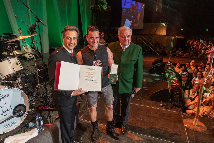 Bürgermeister Sigi Nagl überreichte Andreas Gabalier im Beisein von Landeshauptmann Hermann Schützenhöfer das Goldene Ehrenzeichen der Stadt Graz. (Foto Jürgen Fuchs)