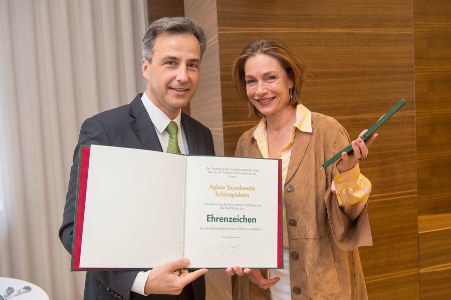 Aglaia Szyszkowitz bekam von Bürgermeister Siegfried Nagl das Goldene Ehrenzeichen der Stadt Graz verliehen. (Foto Stadt Graz/Fischer)
