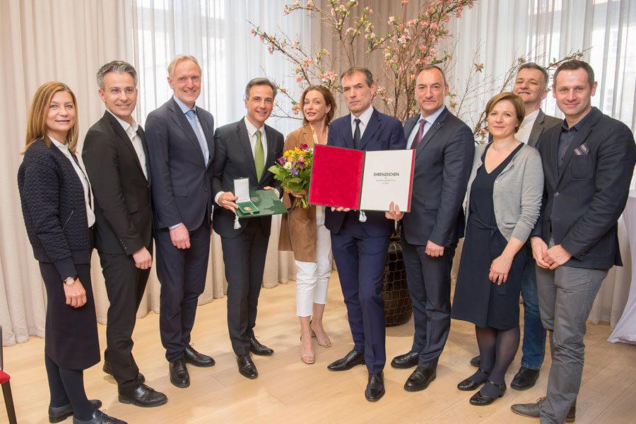 Gruppenbild mit der Grazer Stadtregierung, Gemeinderäten und Ehrenzeichen-Trägern (Foto Stadt Graz/Fischer)