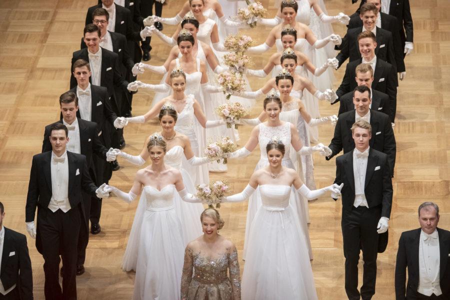 144 Debütantinnen präsentierten die Swarovski Tiara für den Opernball, die in diesem Jahr von Mode-Ikone Donatella Versace gestaltet wurde. (Foto Swarovski)