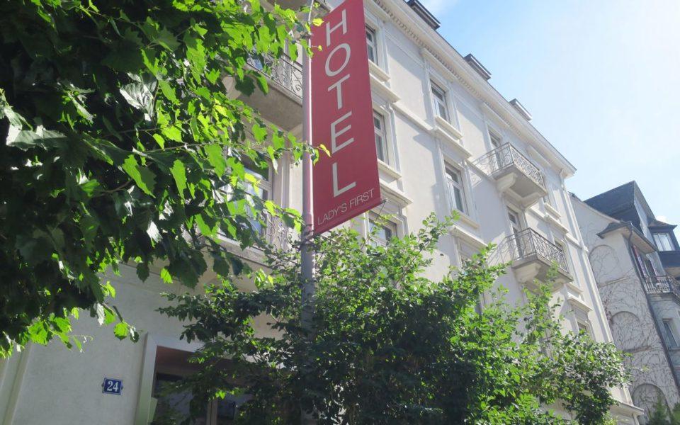 Das Lady's First Hotel begrüßt Sie in ruhiger Lage in einem Gebäude aus dem 19. Jahrhundert, nur 100 m vom Zürichsee entfernt. Im Umkreis von 500 m befinden sich das Opernhaus Zürich, der Platz Bellevue sowie verschiedene Restaurants und Cafés. (Foto Swisshotelsdata.ch/hotelleriesuisse)