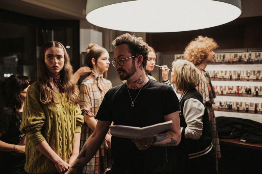 Marcel Ostertag konzentriert sich vor der Show auf seine Models (Foto Getty Images)