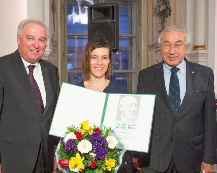 Schauspielerin Pia Hierzegger erhielt den Großen Josef Krainer-Preis 2019. Im Bild mit LH Hermann Schützenhöfer und dem Präsident des Gedenkwerkes Gerald Schöpfer (Foto Fischer)