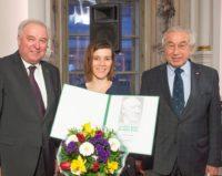 Pia Hierzegger mit LH Hermann Schützenhöfer und dem Präsident des Gedenkwerkes Gerald Schöpfer (Foto Fischer)