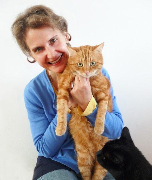 """""""PetCoach"""" Elke Söllner ist zertifizierte Tierpsychologin und arbeitet an der Veterinärmedizinischen Universität Wien. Sie verbindet eine tiefe Achtung und Respekt für das Seelenwesen Tier, und ihre besondere Leidenschaft und ihre Liebe gehört den Katzen. (Foto Julia Scharninger-Schöttel)"""