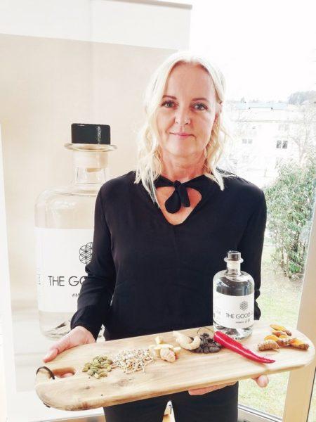 Im The Good Gin von Susanne Baumann-Cox kommen besondere Ingredienzen wie Ashwagandha, ein wichtiges ayurvedisches Heilmittel, Kurkuma oder Roh-Kakao stärker zur Geltung. Diese Zutaten enthalten sekundäre Pflanzenstoffe, Adaptogene, die dem Körper bei der Stressverarbeitung helfen und die Zellerneuerung unterstützen. (Foto Christina Dow)