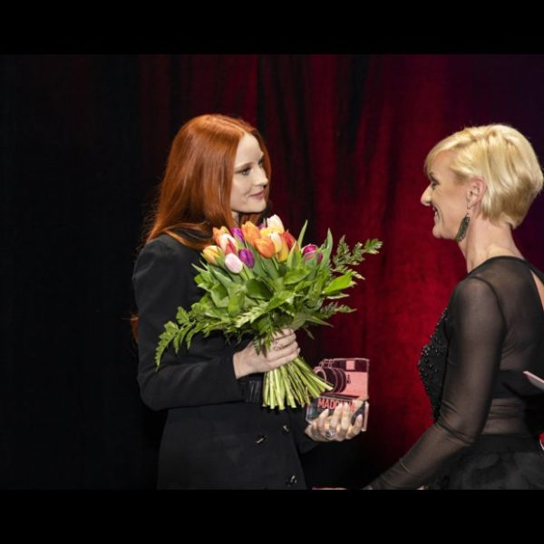 Model Barbara Meier durfte sich über den Fair-Fashion-Preis freuen. Überreicht wurde er ihr von MADONNA-Chefredakteurin Daniela Schimke. (Foto Moni Fellner)