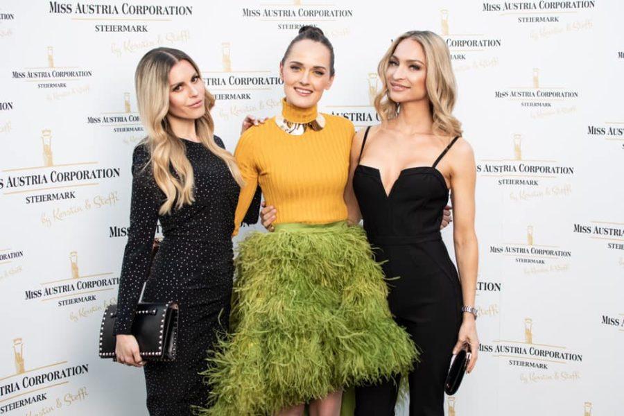 Die beiden Miss Styria Lizenznehmerinnen Kerstin Zacharias und Stefanie Kogler mit der international erfolgreichen Designerin Eva Poleschinski, die auch in der Jury saß (Foto Jean Van Lülik)