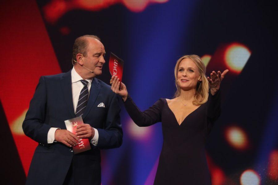 Durch die glanzvolle Gala führte Mirjam Weichselbraun, selbst bereits vierfache ROMY® Gewinnerin. Im Bild mit Herbert Prohaska. (Foto Kurier)
