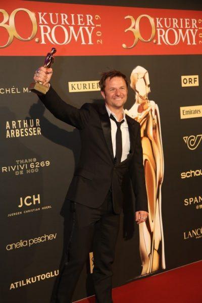 """Philipp Hochmair (""""Blind ermittelt"""", """"Vorstadtweiber"""") freute sich über die KURIER ROMY® als Beliebtester Schauspieler Serie/Reihe. (Foto KURIER)"""