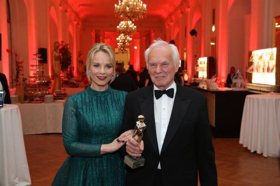 Auch Medien-Manager Jan Mojto, der Mann für die großen Geschichten, erhielt die diesjährige Akademie ROMY® in Platin. Überreicht wurde sie ihm von Opernstar Elīna Garanča. (Foto KURIER)
