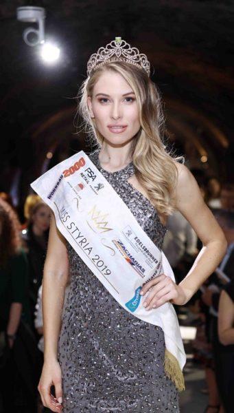 Die frischgebackene Miss Styria Larissa Robitschko mit ihrer Krone, die heuer von Karl Bötel zur Verfügung gestellt wurde (Foto Jean Van Lülik)