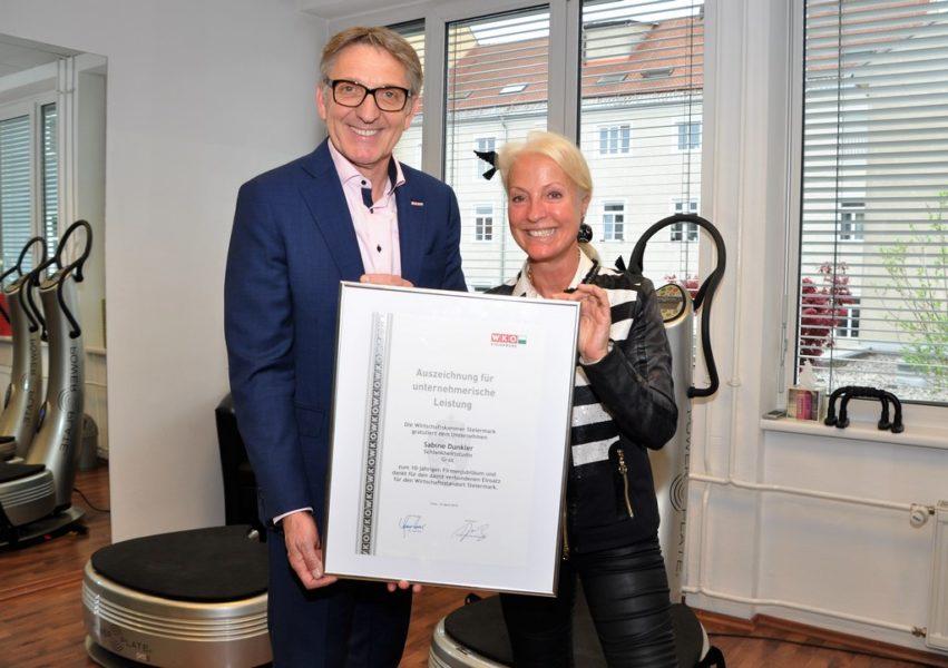 Wirtschaftskammer-Präsident Josef Herk überreichte der 'Power-Lady' Sabine Dunkler eine Auszeichnung für unternehmerische Leistung.(Foto Reinhard A. Sudy)