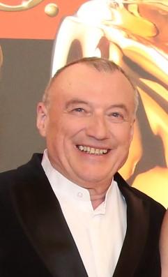 Rudolf John, der 'Vater' der ROMY®, bekam von Bürgermeister Michael Ludwig den goldenen Wiener Rathausmann überreicht. (Foto Kurier)