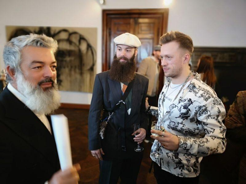 Der aus der Steiermark stammende und in Dänemark lebende Künstler Alessandro Painsi mit dem dänischen Modedesigner Kristoffer Simonsen und dem Galersiten Rudolf Budja, (Foto Hedi Grager)