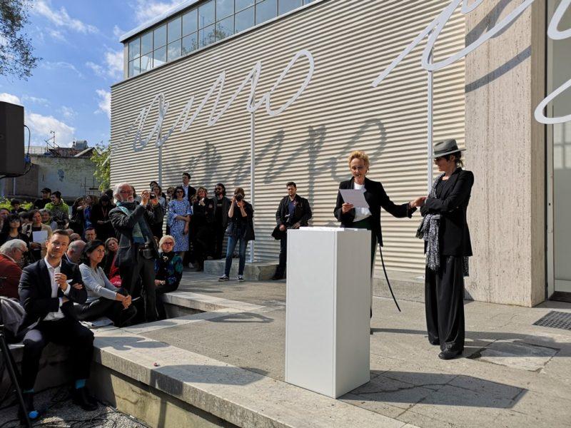 """In großen Lettern steht der Schriftzug """"Amo ergo sum"""" (""""Ich liebe, also bin ich"""") auf der Fassade des Österreich-Pavillons. Im Bild Kuratorin Felicitas Thun-Hohenstein und die Künstlerin Renate Bertlmann. (Foto Hedi Grager)"""