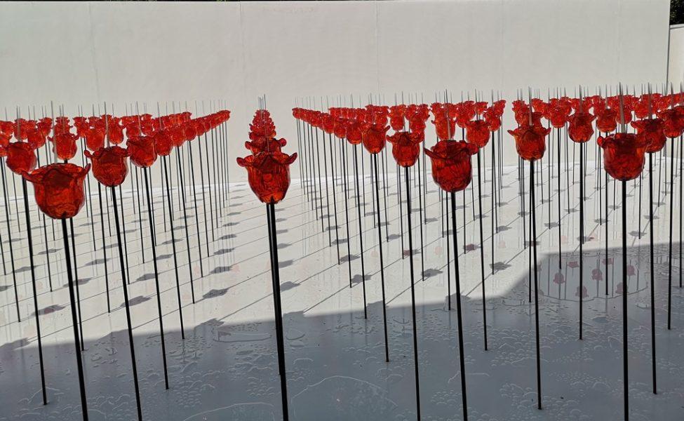 Renate Bertlmann ließ im Innenhof des Josef-Hoffmann-Pavillon ein Heer roter Rosen aus Glas aufreihen. (Foto Hedi Grager)