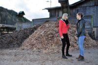 """Dreharbeiten zu """"Steirerkreuz"""" im Mürztal. Interview Hedi Grager mit Schauspielerin Miriam Stein. (Foto Reinhard A. Sudy)"""