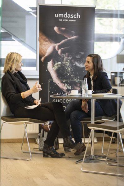 """Michaela Schölnberger studierte Innovations-und Produktmanagement an derFH OÖ am Campus in Wels. """"Der Mix aus Technik, Wirtschaft und Design warder ideale Wegbereiter für die Arbeit inUnternehmen der Industriewirtschaft."""" Hier im Interview mit Hedi Grager. (Foto Thomas Luef)"""