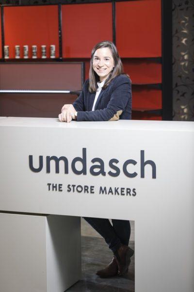 Beim Ladenbauunternehmen Umdaschin Leibnitz schätzt Michaela Schölnberger die langjährige Geschichtedes Unternehmens mit internationalerAusrichtung, das partnerschaftlicheMiteinander, die Offenheit für Neues sowie ein nachhaltiges Wirtschaften. (Foto Thomas Luef)