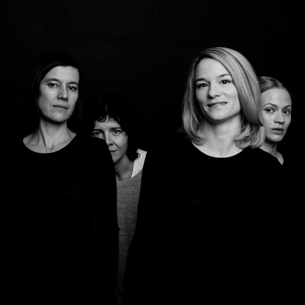 """""""Der Boden unter den Füßen"""" mit Pia Hierzegger, Marie Kreutzer, Valerie Pachner und Mavie Hoerbiger. (Foto Wolf Silveri)"""