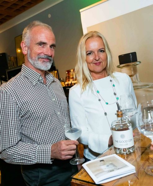Susanne Baumann-Cox und ihr 'The Good Gin', mit dem sie gerade in Cannes große Erfolge feierte. Im Bild mit Ehemann Peter Cox. (Foto Werner Krug)