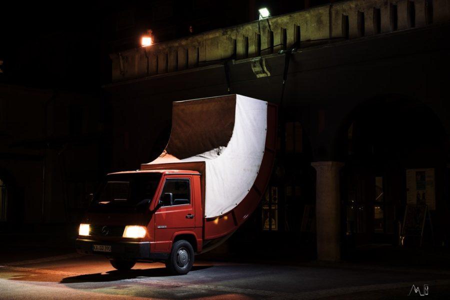 KLANGLICHT 2019: Truck von Erwin Wurm vor dem Orpheum Graz (Foto Christian Thiess)