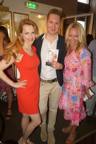 Die Buchpräsentation von Clemens Trischler ließen sich auch Schauspielerin Natalie Alison und Ärztin Petra Wrabetz nicht entgehen. (Foto Isabelle Ouvrard)