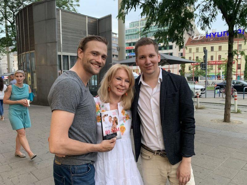 """Buchpräsentation """"Alles für den Ruhm"""": Soko Donau-Star Michael Steinocher, Astrologin Gerda Rogers und Clemens Trischler. (Foto Isabelle Ouvrard)"""