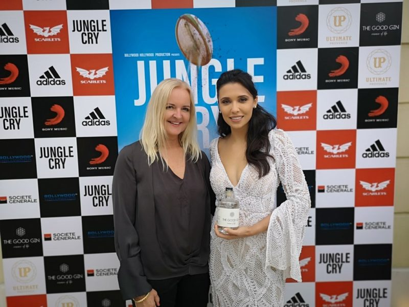 "Susanne Baumann-Cox sponsored the presentation of ""Jungle Cry"" with ""The Good Gin"" from Austria. Here with actress Emily Shah. (Photo Hedi Grager)"