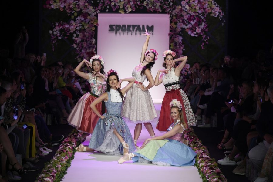 SPORTALM Kitzbühel eröffnete seine Show diesmal mit Balletttänzerinnen in Tracht und zu klassischer Musik. (Photo by Stefan Knauer/Getty Images for Sportalm)