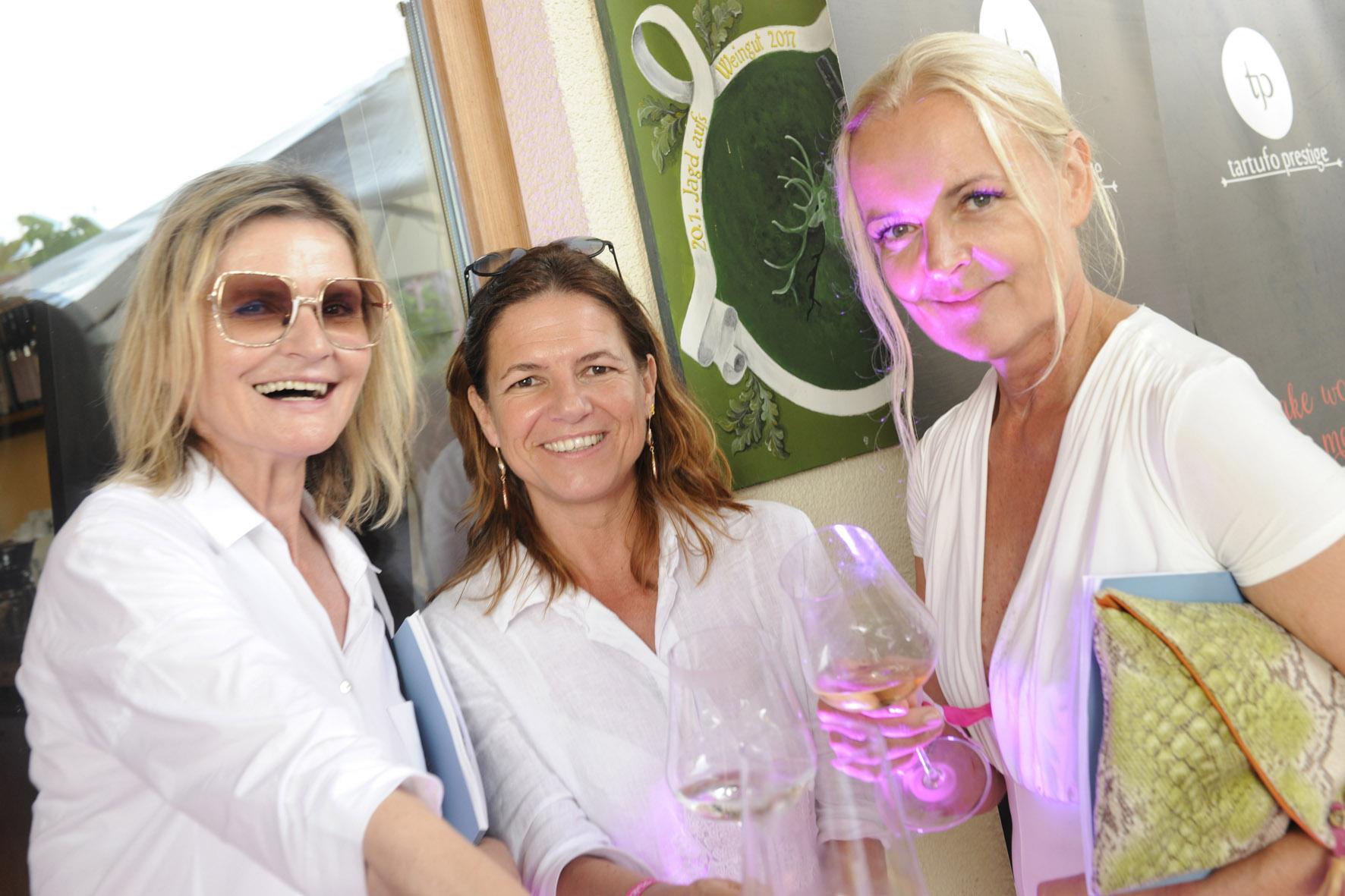 """""""PINK &WHITE - Bubble Night"""" am wunderschönen Gut Pössnitzberg in Leutschach: Hedi Grager, Journalistin&Publisher www.hedigrager.com, Sabine Flieser-Just, Genuss-Coach und Präsidentin des Steirischen Sommeliervereins, sowie Susanne Baumann-Cox, The Good Gin. (Foto Gut Pössnitzberg/Apresvino)"""