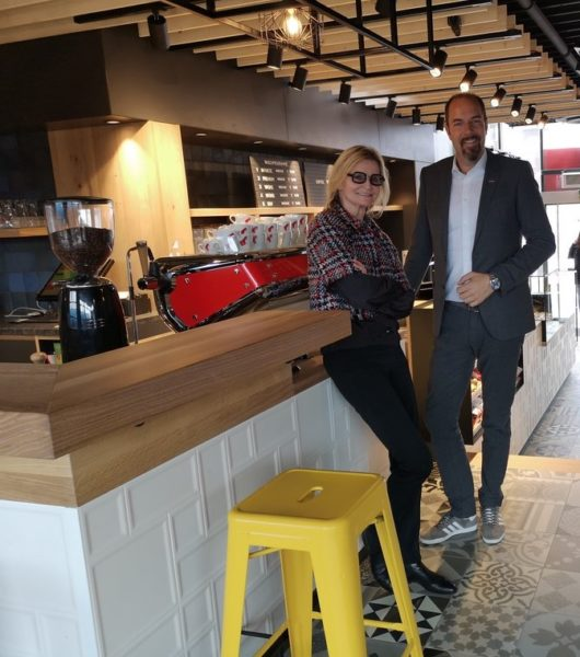 Mag. Jürgen Roth traf sich mit der Journalistin Hedi Grager im stylisch gestalteten Bistro der umgebauten und neu eröffneten Tankstelle in der Grazer Conrad von Hötzendorfstraße. (Foto privat)