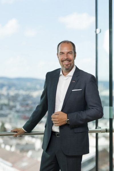 """Mag. Jürgen Roth: """"Ich bekam von meinem Vater klare Vorgaben für einen Einstieg in unser Unternehmen, durchlief alle Stationen. So lernte ich das Unternehmen von der Pike auf kennen."""" (Foto Kurt Keinrath)"""