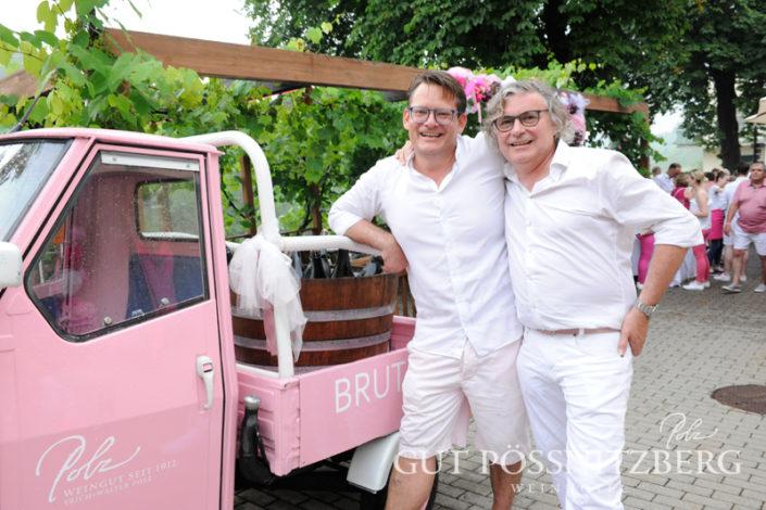 Rainer Ogrinigg, Direktor Gut Pössnitzberg, und Walter Polz hatten viel Spaß bei ihrer Pink&White Bubble Night Party. (Foto Gut Pössnitzberg/Apresvino)