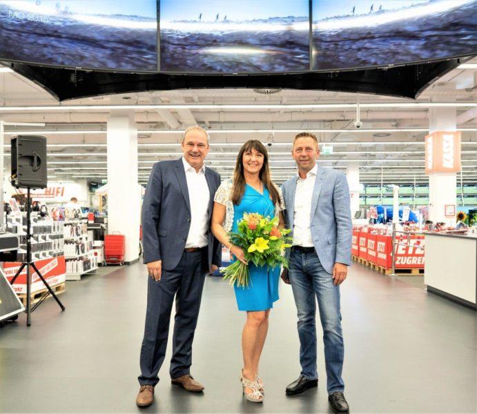 Geschäftsführer MediaMarkt Seiersberg Kurt Mayer, Centerleitung Sylvia Baumhackl und Martin Klein, Eigentümer ShoppingCity Seiersberg, sind stolz auf den jetzt größten und modernsten MediaMarkt Österreichs. (Foto Mediamarkt)
