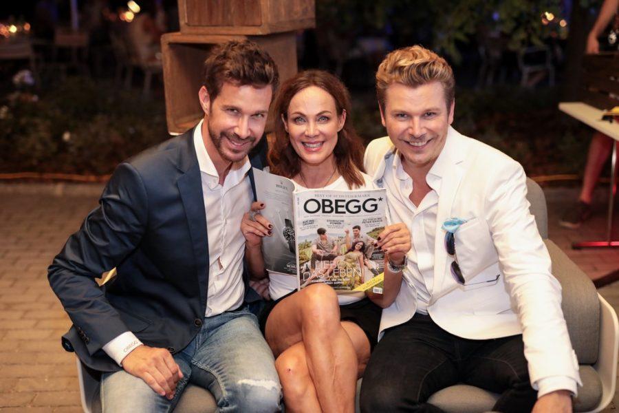 Am Cover der aktuellen Ausgabe des Magazins OBEGG - Best of Südsteiermark ist die erfolgreiche Schauspielerin Sonja Kirchberger - hier mit den Herausgebern Michael Lameraner und Adi Weiss. (Foto Simon Fortmüller)