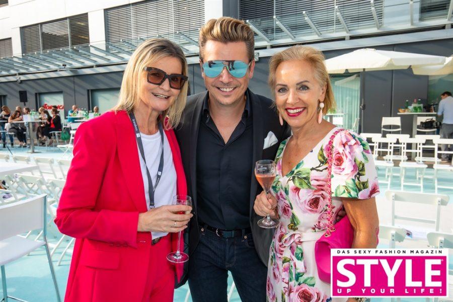 STYLE UP YOUR LIFE!-Herausgeber Adi Weiss zeigt sich von der Fashion Show begeistert. Im Bild mit Hedi Grager, Journalist&Publisher, und der Kosmetik-Expertin Hannelore Hoelbling. (Foto Moni Fellner)