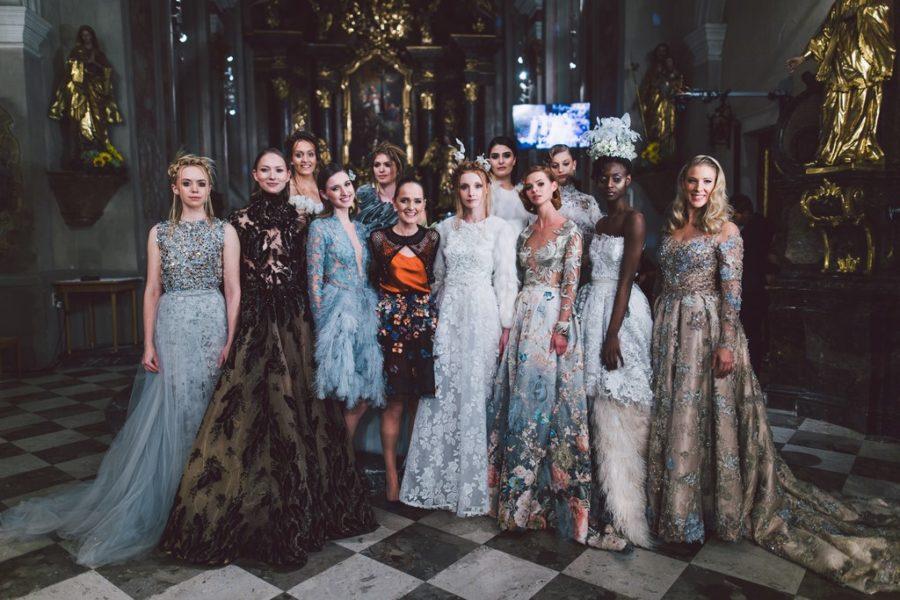 In einer unglaublich beeindruckenden Inszenierung ließ Eva Poleschinski ihre Models mit ihren wundervollen Roben durch die Kirche schreiten.(Foto A twist of Lemon)