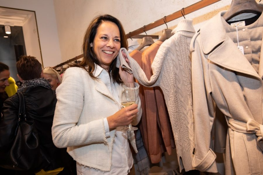 """Auch Moderatorin Vera Russwurm ließ sich das exklusive CASHMERE & CHAMPAGNE Event von FALCONERI & dem Magazin """"Y-Luxury for a new generation"""" nicht entgehen. (Foto Moni Fellner)"""