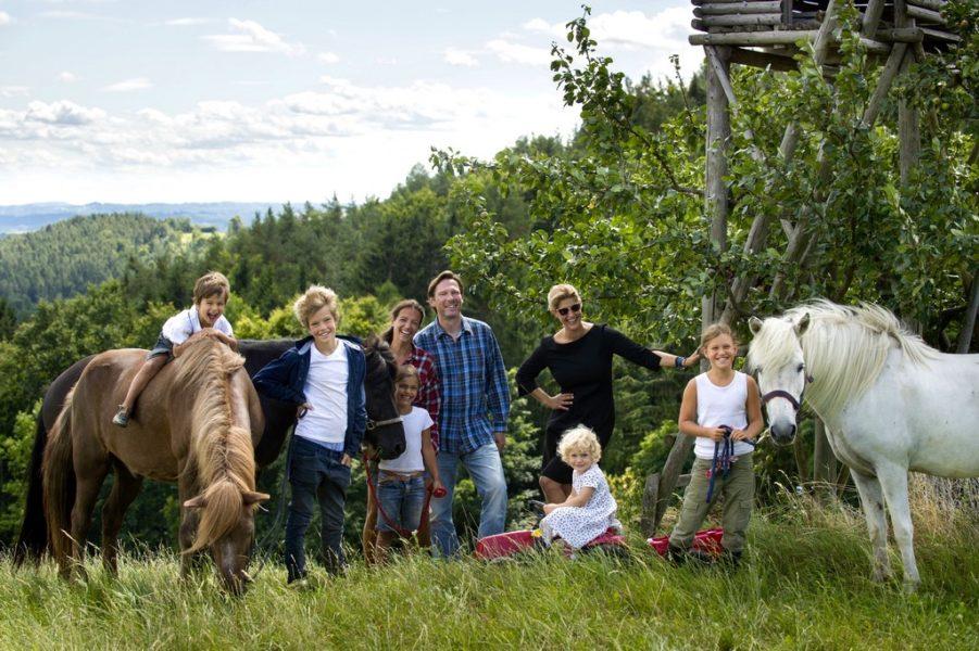 In einem Kinder-Film, den sie gemeinsam mit ihrer Schwester Aglaia macht, geht es um Freiheit unter dem Motto 'Sei frech und wild und wunderbar', frei nach Astrid Lindgren. Im Bild das Team vom Szyszkowitz - Kinderbuch. (Foto Christian Jungwirth)
