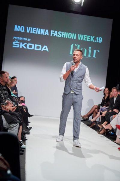 Durch den Eröffnungsabend der MQ Vienna Fashion Week 2019 führte gut gelaunt der Grazer Michael Gigerl in einem Outfit von PITOUR. (Foto Starpix/ Alexander Tuma)