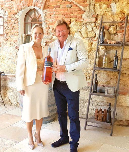 Barbara und Andreas Reinisch sind großartige Gastgeber. Sein Motto: Tun, das wirkt. (Foto Golden Hill Country Chalets & Suites)